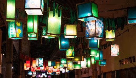 色とりどりのランタンが油津商店街を照らす。「油津ランタンスカイ」を実施中!